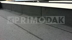 Dakdekker: De detaillering rondom het dak ingeplakt met meerlaags op maat gesneden bitumen dak stroken, eerste strook zelfklevende en tweede strook 470 K24 gebrand
