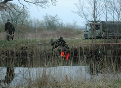 SSR Aspirant Commando Crawl (ssr.dk) Tags: man elk ssr militr hok 1213 aspirant bllehat commandocrawl lastbil rygsk orangevest soldater optagelse refleksvest hjemmevrnet lastvogn patrulje hjv aspiranter optagelsesprve patruljekompagni optagelseskursus patruljekursus patruljeuge patruljekompagniet ptrkmp hindring patruljetjeneste patruljedelingen aspiranterne m84uniform vandpassage
