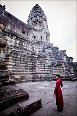 Lady in Red (*rainbowgirl*) Tags: travel red portrait people woman girl lady temple asia cambodia angkor wat kona hof rautt stelpa flk heimsreisa kambda