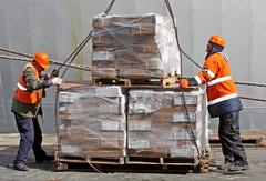 Dockers at work on reefer CHAITEN in Cuxhaven (cuxclipper ) Tags: menschen hafen job arbeit humans longshoremen dockers umschlag hafenarbeiter harbourworkers schauerleute lschgang