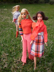 searchin the perfect spot for the pic-nic... (puppi17) Tags: pj barbieclothes vintagebarbie barbiefashion modfashion modbarbie 70sbarbie quickcurlfrancie europeanbarbie modbarbiefashion europeanbarbiestandard barbiemodfashion