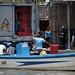 Pescatori di Puerto Pizarro scaricano il lavoro della giornata