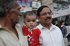 Abuelo orgulloso (anam1973) Tags: pakistan people gente bazar rawalpindi pakistn rajahbazar