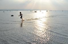 Corre, vuela, crece (Diana Ginkgo) Tags: blue sky lake ontario canada beach water lago wasaga dusk huron backlighting
