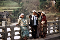11-319 (ndpa / s. lundeen, archivist) Tags: bridge nepal girls people man color film hat scarf 35mm asian clothing women asia southeastasia candid nick headscarf group streetphotography 11 clothes barefoot nepalese 1970s 1972 villagers nepali southasia dewolf youngwomen nickdewolf photographbynickdewolf dhakatopi reel11 headsacrf