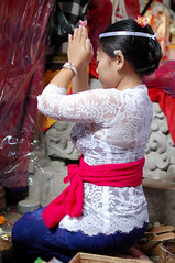 Sembahyang_9 (deoka17) Tags: people bali temple praying ceremony sukawati sembahyang gadisbali templeceremony singapadu