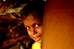 Peeping Tom.. (Rajagopalan Sarangapani) Tags: street kid child 1855mm chennai tamilnadu peeping cwc peepingtom streetphotgraphy chengalpet chennaiweekendclickers nikond3100 pulipakkam