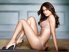 Kareena Kapoor in New Bikini (bollywoodhdpictures) Tags: pictures new hot bikini babes download bollywood now bikiniphotosofbollywoodactresses