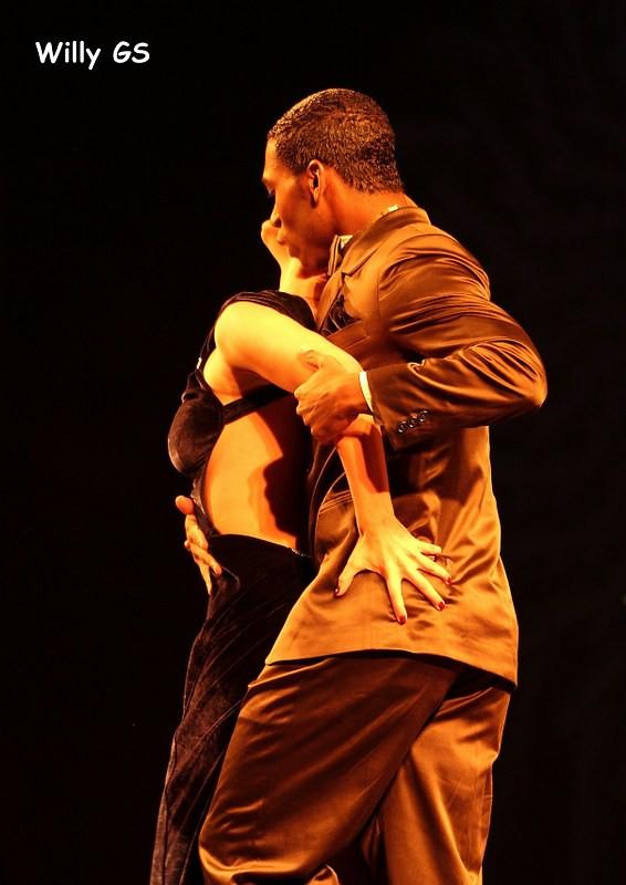Adolescentes calientan fiesta con erótico baile