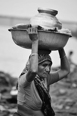 Washing clothes (The Crane Dance) Tags: portrait blackandwhite woman india work donna washing biancoenero lavoro lavare nikond3100