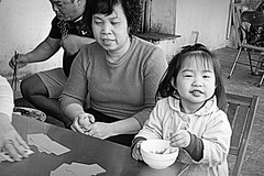 Lunchtime in Hanoi (Iam Marjon Bleeker) Tags: blackandwhite lunch child streetphotography streetlife lunchtime vietnam eat hanoi playingcard straatfotografie vietnamees peopleofvietnam streetlifeofhanoi vpdag31050539zw3