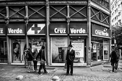 Santiago de Chile (Alejandro Bonilla) Tags: street santiago urban blackandwhite bw black blancoynegro monocromo sam minolta sony streetphotography bn u urbano santiagodechile urbe urbex santiagochile santiagocentro monocromatico reginmetropolitana santiaguinos sonya290 manuelvenegas