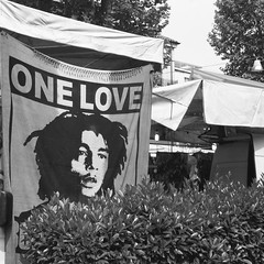 One Love. (GiannLui) Tags: bw 6x6 bn d76 16 festa mercato folder folding biancoenero 400asa bancarella russa industar moskva russiancamera 105mm 2016 moskva5 voghera soffietto kodakd76 ascensione sunny16rule foldercamera selfdeveloping sviluppoincasa regoladel16 tetenalsuperfixplus rolleirpx400 08052016