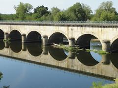 Le pont-canal de Digoin (Hlne_D) Tags: bridge france reflection river rivire aqueduct reflet pont bourgogne loire aqueduc fleuve rflexion digoin saneetloire pontcanal canallatrallaloire hlned pontcanaldedigoin canalbridgeatdigoin digoinaqueduct