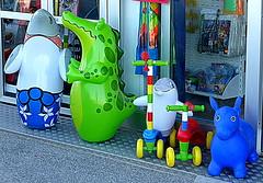 BESTIE DA SPIAGGIA. (Skiappa.....v.i.p. (Volentieri In Pensione)) Tags: giocattoli salvagente triciclo articolidaspiaggia colori panasonic lumix skiappa negozio vetrina