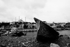 The boat & the mosque. (Mills & NAJE) Tags: voyage travel white black istanbul turquie mosquee bateau abandonned turkei