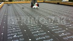 Dakdekker: Totaalplaatje van het staaldak van 240 m2 dat is voorzien van een dampremmer, twee lagen isolatie en is voorzien van de eerste bitumineuze dakbedekking, type 460 P60, dat is vastgeschroefd door het staaldak heen