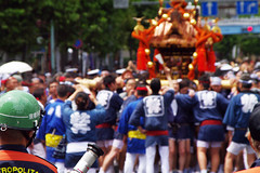 Fukagawa Hachiman Matsuri 23 (HAMACHI!) Tags: street bridge summer people water festival japan shower tokyo pentax crowd splash tamron matsuri 28300mm 2012 mikoshi k7 portableshrine tomiokahachimangu fukagawahachimanmatsuri tomiokahachimanshrine