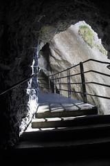 Trummelbachfalle - grades com sombra de dentro de uma gruta (CartasemPortador) Tags: bern lauterbrunnen cachoeira quedas interlaken dgua trmmelbach trmmelbachflle