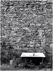 Take a bath (Paula Angls) Tags: wall bath zwartwit bad structure bain bao muur structuur blacoynegro