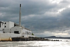 Ditillerie Bowmore (carpentier_patrick) Tags: cloud sun scotland soleil whisky distillery bowmore cosse distillerie