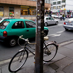 Abgestellt (rucko fotografie) Tags: street strasse grn mainz fahrrad corsa