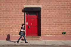 Red door (Génial N) Tags: door ny newyork pentax williamsburg nycity pentaxkr