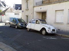 Citron 2 CV de 1988 9633 SK 37 - 27 aot 2012 (Rue des Ursulines - Tours) (Padicha) Tags: auto old light building bus sol grass car station work vintage de construction automobile track lac tram rail august traverse center voiture mat stop le contact signalisation poteau tso tramway btiment aps par congestion alimentation travaux ligne herbe vieille ancienne bouchon vehicule arienne bton arrt plateforme catnaire plateform mt vhicule utilitaire embouteillage 2013 catnaires bsues vgtalise letramdetours padicha