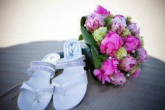 slippers en bruidsboeket (Stefan Segers) Tags: jeroen peggy huwelijk rkc bruiloft waalwijk trouwshootnl drussen kasteeldrussen