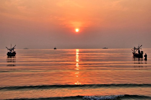 A hazy sunrise in Hua Hin