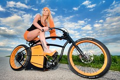 Galerie-Neu (Markus Koepf) Tags: orange modern model rad petra blond frau mode farbe freizeit fahrrad mädchen ebike sportlich radfahren radsport
