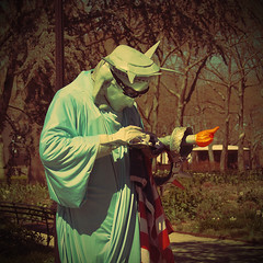 liberty on twitter (fotobananas) Tags: street nyc newyork statue liberty streetphotography saturday batterypark smartphone statueofliberty performer cliche hcs twitter fotobananas