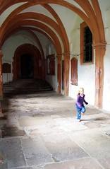 Lebensfreude in antiker Schnheit (Blick-licht (Doris)) Tags: old church alt fenster running kind monastery sandstein mdchen kloster rennt kreuzgang bogengang fenstergitter bronnbach eingan
