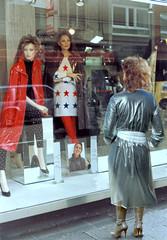 Shopping (mallorcarain) Tags: fetish nice boots vinyl streetshots raincoat pvc bottes fakes stiefel raincape regenmantel cir lackmantel impermables