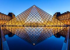 Paris, Pyramide du Louvre (Didier Ensarguex) Tags: paris canon 75 1635 pyramidedulouvre heurebleue rflexionreflet 5dsr didierensarguex