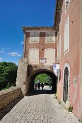 Sguret (Vaucluse) (Cletus Awreetus) Tags: france architecture provence fortification maison rue bois vaucluse portail pav volet villagefortifi