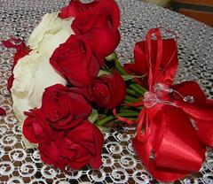 Buqu noiva (Mh :)) Tags: rosas vermelhoebranco bridal bouquet bridalbouquet buqudanoiva buqu vermelhas e brancasflowersquinta flower