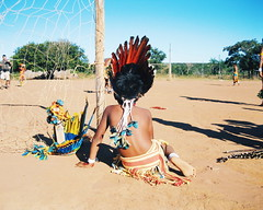 Aldeia Quatro Cachoeiras (fergprado) Tags: travel boy brazil brasil kid culture garoto criana menino cultura tribo indigenous aldeia chil ndio cocar idigena