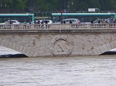 2016.06.02.064 PARIS - La Seine en crue au pont auc Changes (alainmichot93 (Bonjour  tous)) Tags: paris france seine eau ledefrance pont autobus fleuve crue laseine 2016 ouvragedart pontauxchanges