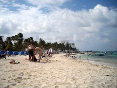 "Disfrutando de la playa • <a style=""font-size:0.8em;"" href=""http://www.flickr.com/photos/78328875@N05/6878003740/"" target=""_blank"">View on Flickr</a>"