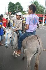 O menino do bon no  nada mal. (vandevoern) Tags: brasil catedral igreja jumento corrida jovem maranho nordeste jegue bacabal vandevoern
