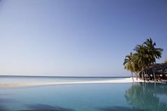 IMG_7821 (Marc Aurel) Tags: ocean sea beach pool strand island hotel meer indianocean piscina palm resort insel swimmingpool palmtree maldives palma palme spiaggia infinitypool isola atoll maldive malediven schwimmbad schwimmbecken veligandu indischerozean maldiveislands coralisland indik dhivehiraaje rasdhooatoll koralleninsel 5dmarkii eos5dmarkii lakshadweepsea laccadivesea veliganduislandresort rossatoll lakkadivensee isolacorallina rasduatoll