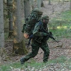 Aspirant med fuld oppakning (ssr.dk) Tags: test march ssr hok aspirant rygsk prve aimpoint m58 hjemmevrnet oppakning patrulje liggeunderlag aspiranter optagelsesprve patruljekompagni optagelseskursus patruljekursus optagelsesuge patruljeuge patruljekompagniet ptrkmp fremrykning patruljetjeneste aspiranterne forskydning kamphue patruljedeling optagelsesmarch optagelsestest patruljetest m84uniform murerkasket slringsnet karabinm96