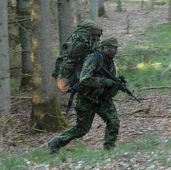 Aspirant med fuld oppakning (ssr.dk) Tags: test march ssr hok aspirant rygsæk prøve aimpoint m58 hjemmeværnet oppakning patrulje liggeunderlag aspiranter optagelsesprøve patruljekompagni optagelseskursus patruljekursus optagelsesuge patruljeuge patruljekompagniet ptrkmp fremrykning patruljetjeneste aspiranterne forskydning kamphue patruljedeling optagelsesmarch optagelsestest patruljetest m84uniform murerkasket sløringsnet karabinm96