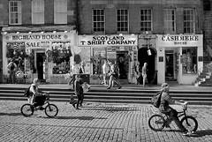Cobbled Street, Edinburgh (D.J. De La Vega) Tags: leica scotland bmx edinburgh cobbled cobble shops x1 streetbike