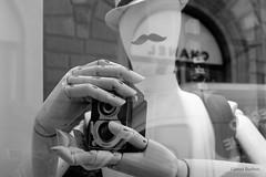 _DSF0233 (GienBi) Tags: mani firenze fujifilm fotografia toscana vetrina riflessi cappello macchinafotografica legno baffi biottica x100t