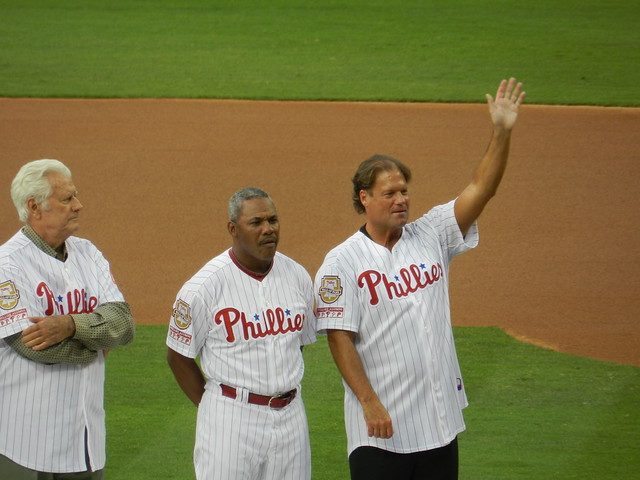 darren daulton waves at the crowd
