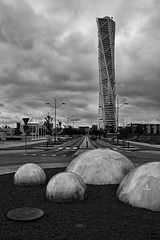 turning torso malmö (dan.boss) Tags: blackandwhite bw blancoynegro monochrome architecture sweden roundabout calatrava architektur schwarzweiss malmö turningtorso nikond40