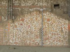 """La Huaca de la Luna: le Mur des Mythes avec un chien péruvien (sans pelage), des sacrifices humains (corps sans tête), des animaux, des barques en roseaux, etc. <a style=""""margin-left:10px; font-size:0.8em;"""" href=""""http://www.flickr.com/photos/127723101@N04/27662909420/"""" target=""""_blank"""">@flickr</a>"""