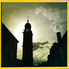 LANGRES - Le clocher (berardici) Tags: church ciel 100 glise contrejour clocher 050 hautemarne langres eglise iphone4 hipstamatic jimmylens bigupfilm jimmybigup cadrejaune objectifjimmy